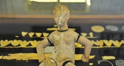 """pEine 3.000 Jahre alte Marionettenpuppe, die im """"Medusa Glaswerk-Museum in Gaziantep in der südöstlichen Türkei ausgestellt wird, ist ein beliebtes Ausstellungsstück bei den..."""