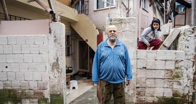 مجهول يلقي مظاريف مليئة بالنقود في بيوت فقراء أحد أحياء إسطنبول