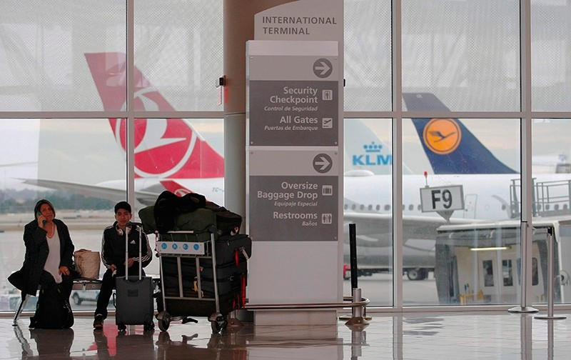 Airline passengers wait in front of a Turkish Airlines plane at the International terminal the day following a power outage caused by a fire at Hartsfield-Jackson Atlanta International Airport in Atlanta, Ga., U.S., Dec. 18, 2017. (AFP Photo)