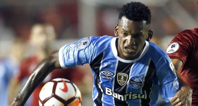 Fenerbahçe signs Brazilian defender Siqueira