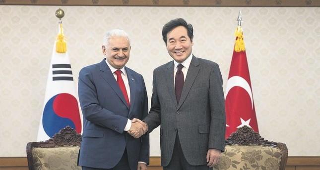 Prime Minister Yıldırım (L) and South Korean Prime Minister Lee shake hands at a joint press conference discussing bilateral commercial and economic relations, Seoul, South Korea, Dec. 6.