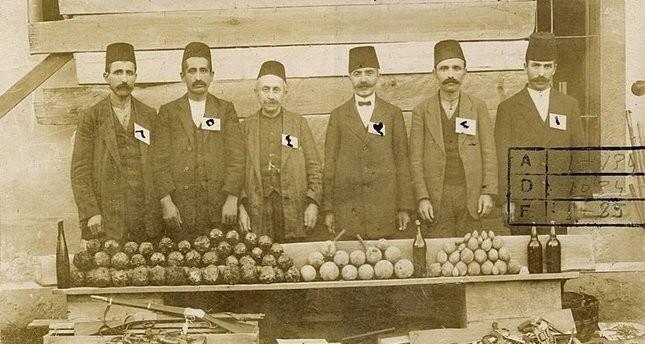 صورة من أرشيف رئاسة الأركان التركية، تظهر جزء من الأسلحة والمتفجرات التي صادرها الجيش العثماني بعد إغلاق اللجان الثورية الأرمينية عام 1915
