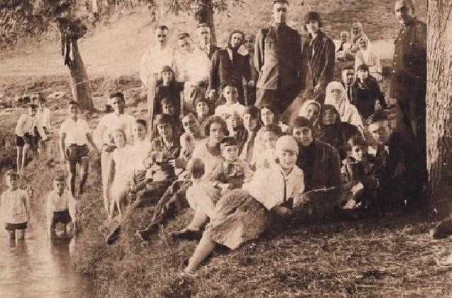A Hu0131du0131rellez picnic in Kau011fu0131thane, Istanbul during the 1920s.