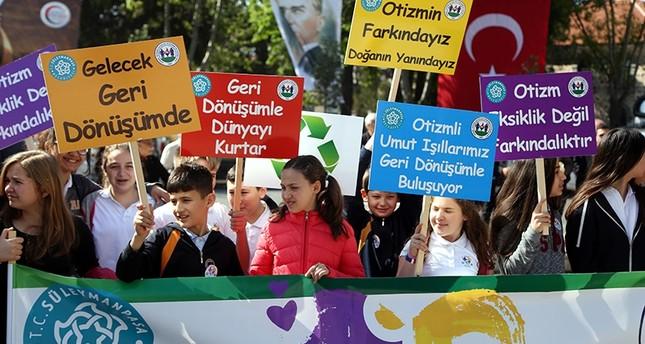 أطفال أتراك مصابون بـالتوحد يشاركون في فعالية لـنظافة البيئة