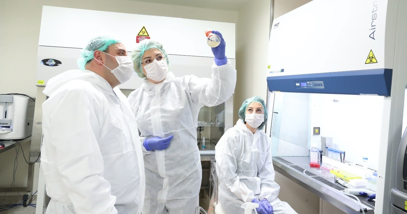Minister of Industry and Technology Mustafa Varank (L) visited the lab that produces the biotechnological drug.