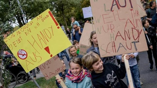 Hamburg: Kinder demonstrieren gegen Handy-Eltern