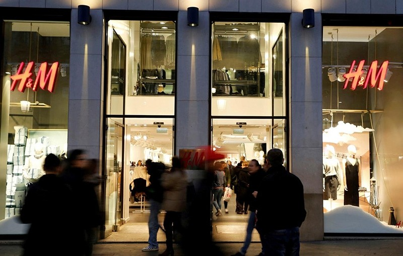 People walk past the windows of an H&M store in Barcelona, Spain, December 30, 2016. (Reuters Photo)