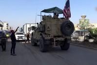 عناصر من ي ب ك الإرهابي يلقون الحجارة على مدرعات أمريكية اعتراضاً على مغادرتها   (İHA)