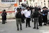مواجهات بين الشرطة الإسرائيلية والمتشددين اليهود لإجبارهم على الانصياع لتعليمات وزارة الصحة AP