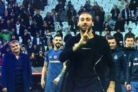 Emotional moment as Beşiktaş coach looks on while Cenk Tosun leaves the field for Everton