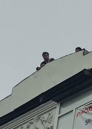 Saakashvili threatens to jump off a roof.