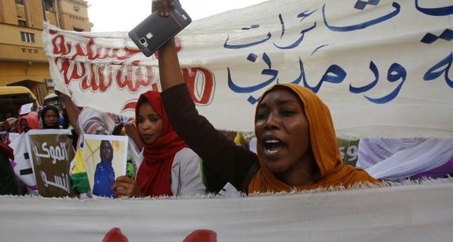 مظاهرة نسائية مطالبة بالديمقراطية (الفرنسية)