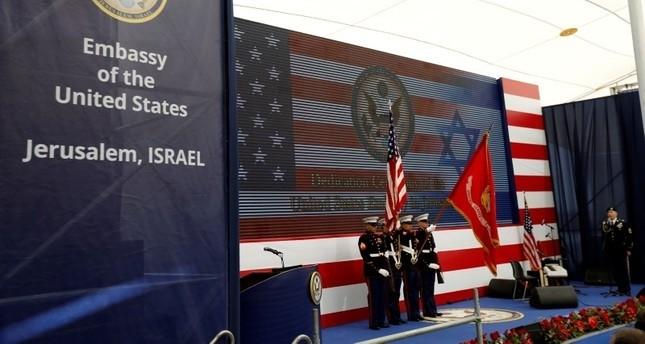 مجموعة من جنود المارينز الأمريكيين أثناء مراسم افتتاح السفارة الأمريكية في القدس (رويترز)