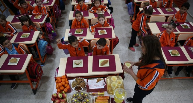 Students at Abdurrahman Vardar Elementary School eat lunch prepared based on the guidelines by the health ministry in Turkey's Bursa province AA File Photo