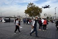 تطائرات مسيرة بمنطقة أمينونو في إسطنبول تذيع تسجيلات صوتيه لتنبيه المواطنين والسياح بضرورة ارتداء الكمامات والمحافظة على التباعد الاجتماعي الأجتماعي