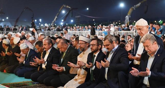 أردوغان يشارك آلاف الأتراك في صلاة التراويح في ذكرى فتح إسطنبول