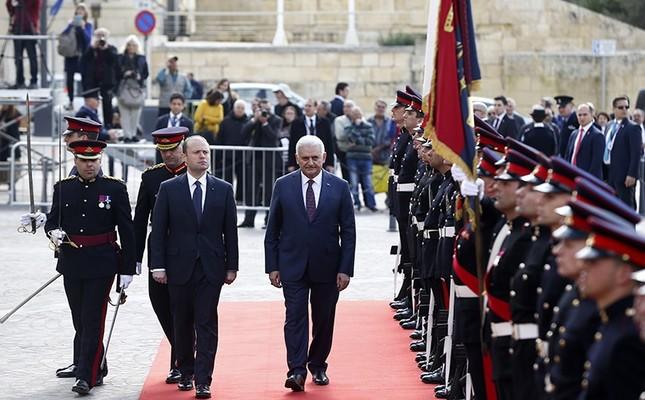 Turkish PM Binali Yıldırım (R) and his Maltese counterpart Joseph Muscat inspect the ceremonial guard at the Castille Palace in Valletta, Feb. 17, 2017. (AA Photo)