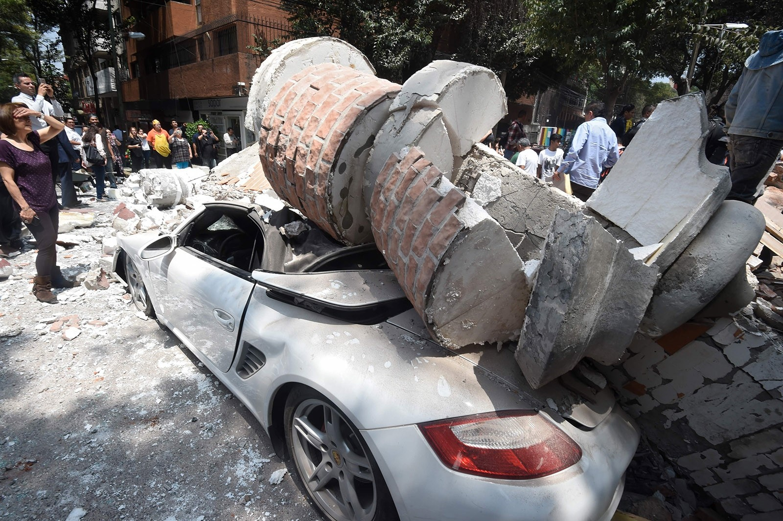 Picture of a car crashed by debris from a damaged building after a quake rattled Mexico City on September 19, 2017. (AFP Photo)