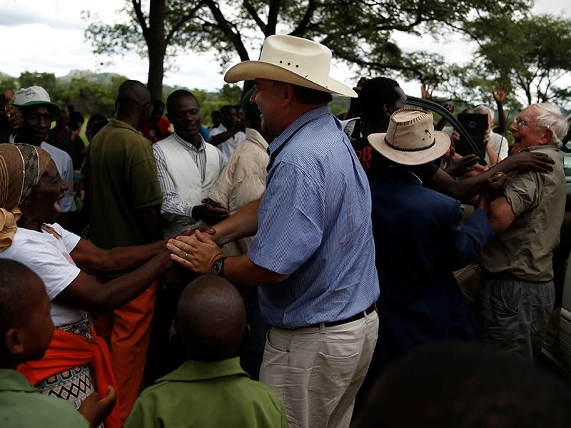 Commercial farmers Rob Smart and his son Darreyn are welcomed at Lesbury Estates by village elders and children at a farm in Headlands communal lands east of the capital Harare, Zimbabwe, Dec. 21, 2017. (Reuters Photo)