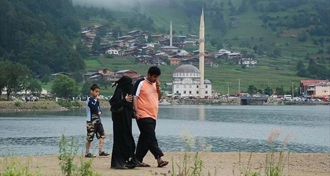 أسرة سعودية تتجول في منطقة بحيرة أوزونغول شمال تركيا - الأناضول