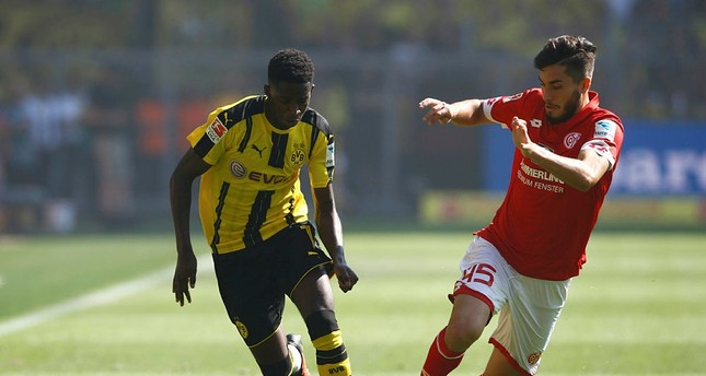 Borussia Dortmund's Ousmane Dembele in action with FSV Mainz 05's Suat Serdar. (Reuters Photo)