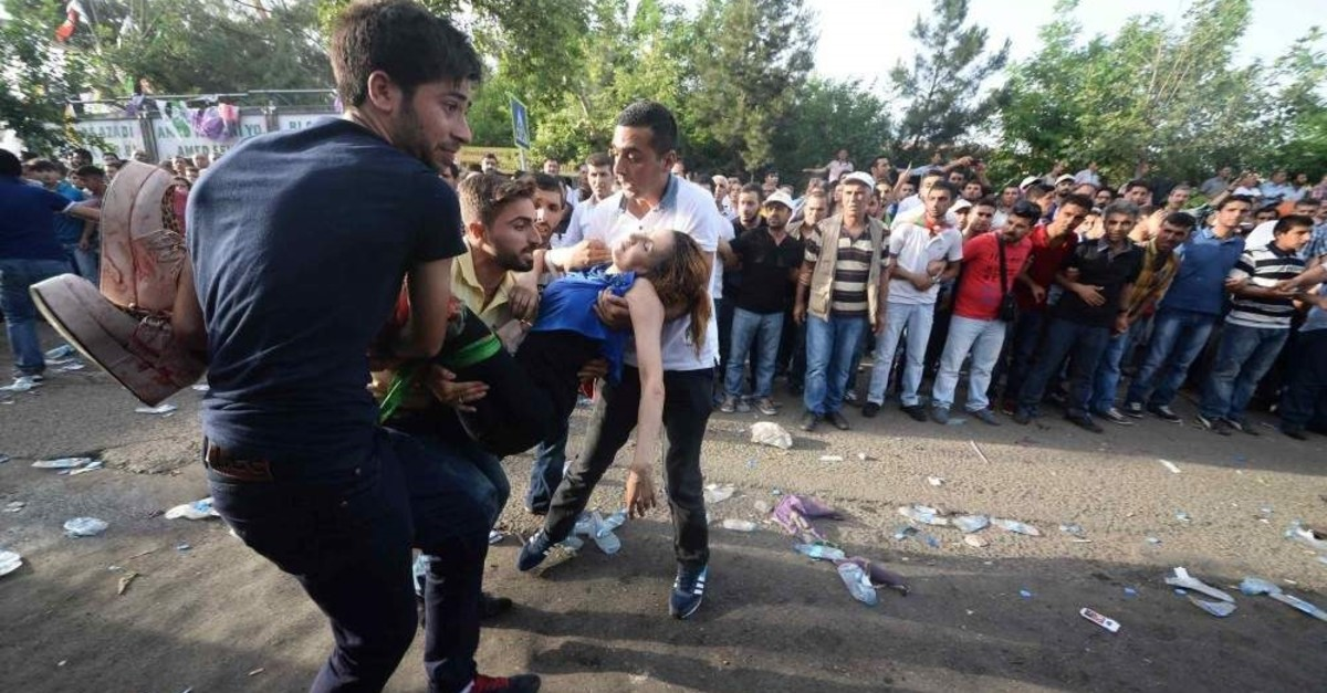 People carry an injured victim after the explosion, Diyarbak?r, Jun. 5, 2015. (DHA Photo)