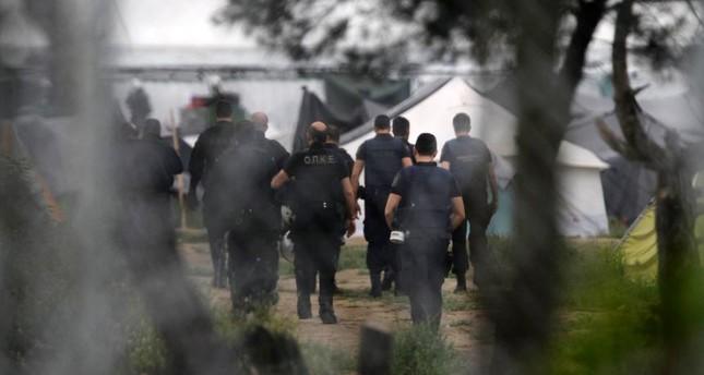 Griechische Polizei räumt provisorisches Flüchtlingslager bei Athen