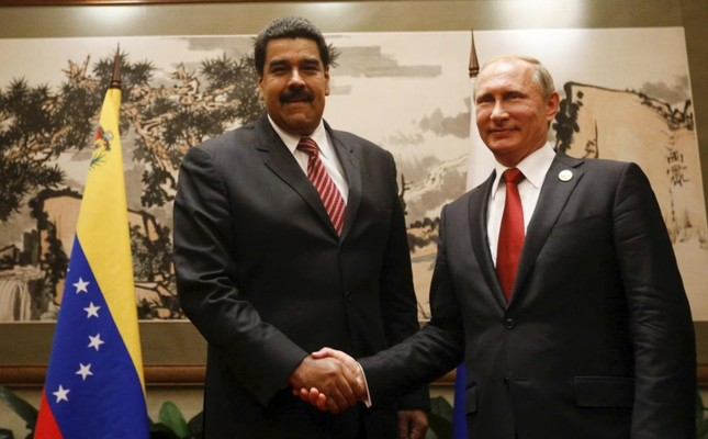 Venezuela's President Nicolas Maduro (L) and Russia's President Vladimir Putin shake hands during their meeting in Beijing, China, in this handout picture provided by Miraflores Palace on September 3, 2015. (Reuters Photo)