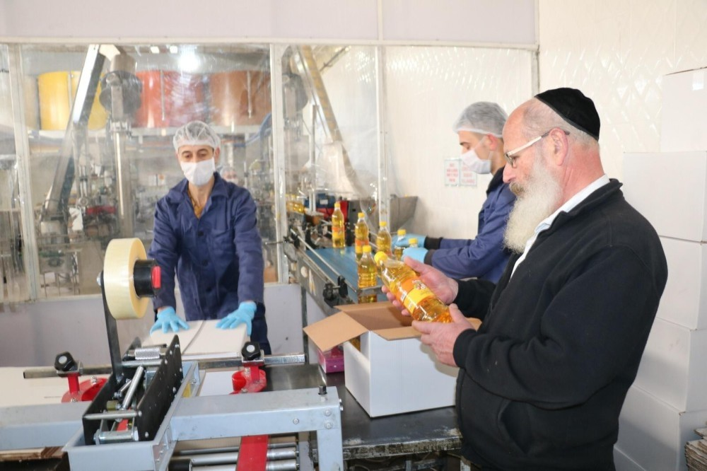 Israeli Rabbi Froilich examined the nut oil production process at a Turkish firm in Turkeyu2019s Aegean province Afyon to ensure compliance with the dietary requirements of the Jewish people during Passover