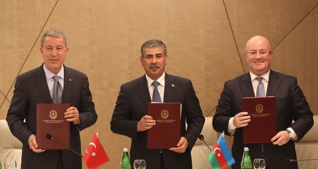 وزير الدفاع التركي خلوصي أقار مع نظيريه الأذربيجاني (وسط) والجورجي (الأناضول)