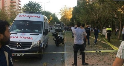 pAm Dienstagnachmittag wurde einen Sprengstoffanschlag auf ein Polizeifahrzeug in der südlichen Provinz Mersin ausgeübt./p  pDer stellvertretende Ministerpräsident Bekir Bozdağ erklärte, dass 18...