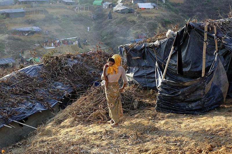 A Rohingya woman stands close to her makeshift tent at the Balukhali camp in Ukhiya, Bangladesh, 15 September 2017. (EPA Photo)