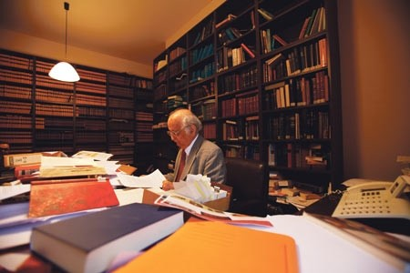 Late Turkish historian Fuat Sezgin was accused by Germany of attempting to smuggle a large book collection in the Goethe Institute u2013 that actually belonged to him.