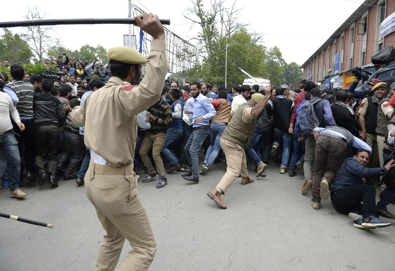 Indian police try to push back Kashmiri teachers during a protest against the government in Srinagar on May 14, 2018 (AFP Photo)