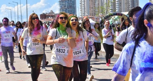 مشاركة واسعة في مهرجان الجري الملون بولاية إزمير التركية