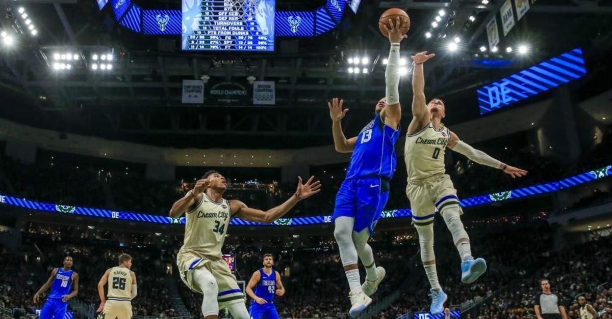 Dallas Mavericks guard Jalen Brunson (2nd R) shoots between Milwaukee Bucks guard Donte DiVincenzo (R) and Milwaukee Bucks forward Giannis Antetokounmpo (L), Milwaukee, Wisconsin, Dec. 16, 2019. (EPA Photo)