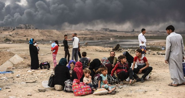 Iraqi families, who were displaced by Daesh terrorists from Mosul, are seen gathering on an area near Qayyarah, Iraq, Oct. 24, 2016.