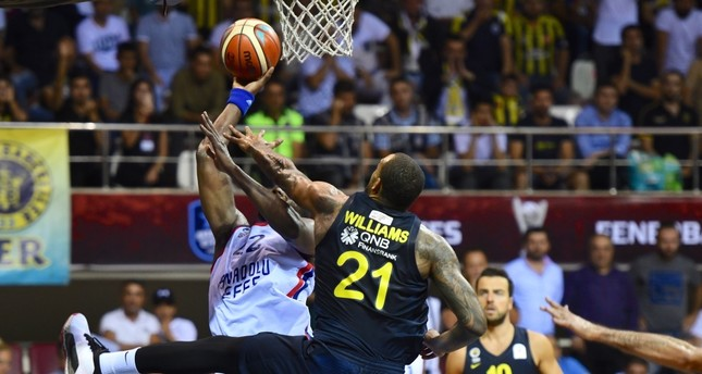 Anadolu Efes' Bryant Dunston tackles Fenerbahçe players in a Presidential Cup match in Gaziantep, Sept. 26, 2019.
