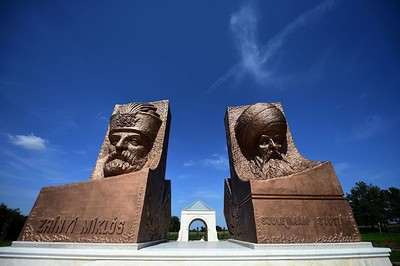 Statues of rival military leaders of 16th century, Ottoman Sultan Suleiman (R) and his opponent Miklos Zrinyi (L), are seen at the Hungarian-Turkish friendship park near Szigetvar on September 2, 2016. (AFP Photo)