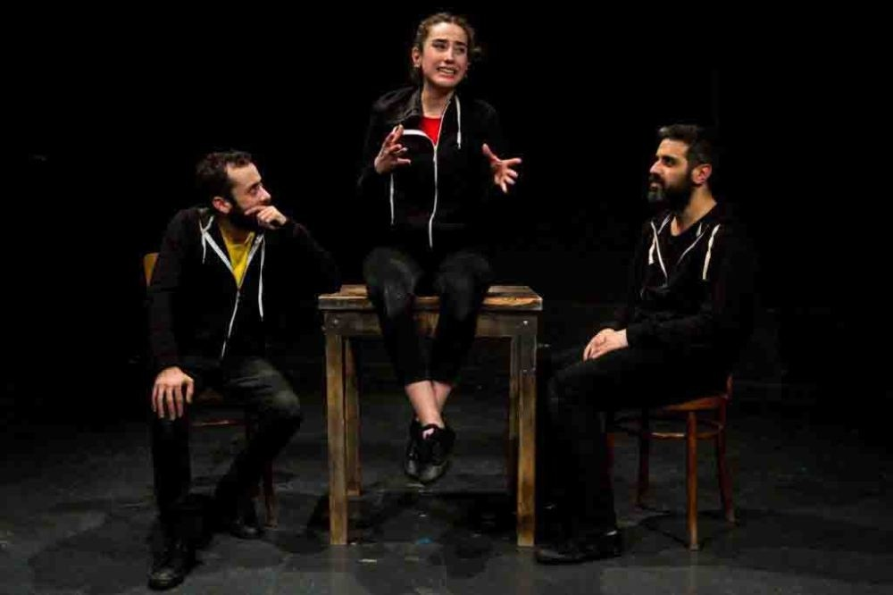 The play welcomes audiences as a classic documentary theater play witn a bitter, harsh satire, and reenacts the homicides of the NSU and dares to estimate the end of the suit.