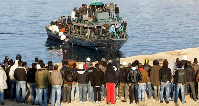 مهاجرون يصلون جزيرة لامبيدوزا الإيطالية - رويترز