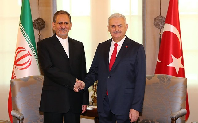 Turkish Prime Minister Binali Yıldırım (R) shake hands with Iranian First Vice President Eshaq Jahangiri as they pose for the media during a welcome ceromony in Ankara, Turkey, Oct. 19, 2017. (PM Media Office)