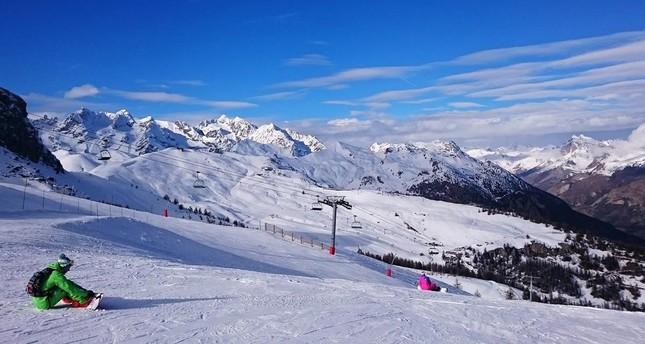 Bansko boasts 75 kilometers of ski runs, the longest stretching 16 kilometers.