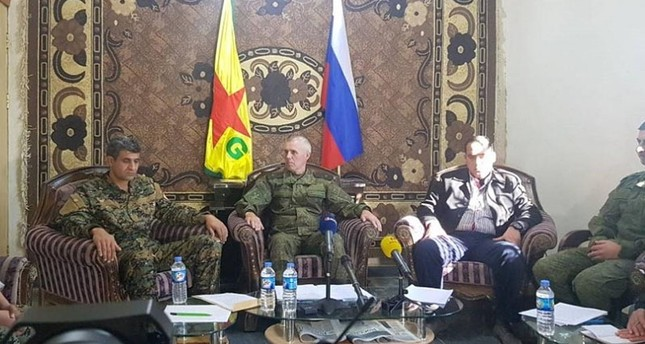 Russian General Alexander Kim (C) holds a joint conference with YPG Spokesperson Noureddine Mahmoud (L). (DHA Photo)