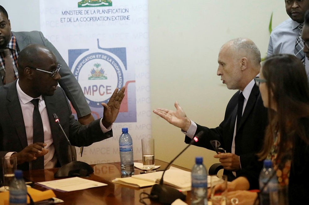Oxfam International Regional Director for Latin America, Simon Ticehurst speaks to Haiti's Minister of Planning and External Cooperation Aviol Fleurant at the end of a meeting in Port-au-Prince, Haiti, February 22, 2018. (REUTERS Photo)