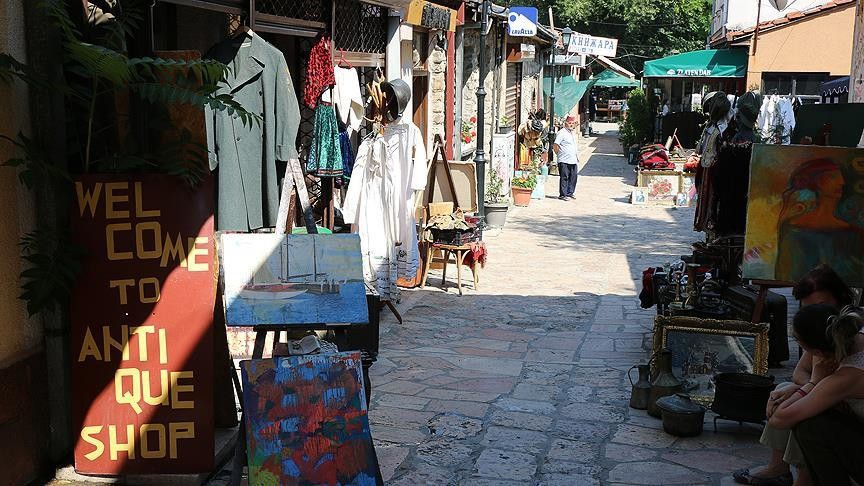 Entrance of Skopjeu2019s Old Bazaar has traces of Ottoman Empire,which ruled the region for more than three centuries. Stepping inside bazaar, visitors are greeted by souvenir shops,traditional textile merchants, carpet sellers, ateliers, antique stores.
