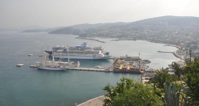 جانب من الميناء وتبدو فيه السفن راسية (الأناضول)