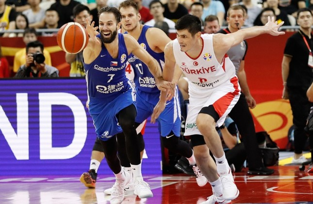 Ersan Ilyasova of Turkey and Vojtech Hruban of Czech Republic  battle for a loose ball during their group phase game in the FIBA Basketball World Cup at the Shanghai Oriental Sports Center, Thursday, Sept. 5, 2019. Reuters Photo