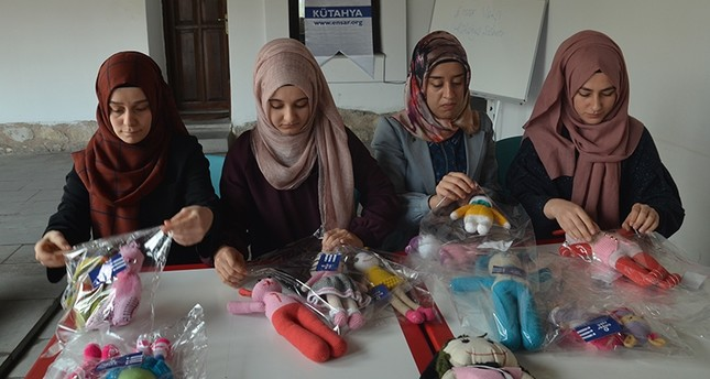 متطوعات في مؤسسة أنصار يعملن على ترتيب الدمى (İHA)