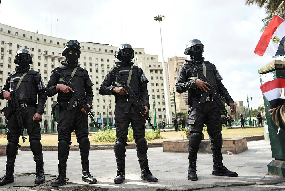 Members of the Egyptian police special forces stand guard on Cairo's landmark Tahrir Square on January 25, 2016. (AFP Photo)